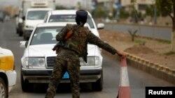 """Un policía coloca un retén en Saana, la capital de Yemen, donde el nivel de seguridad es ahora """"extremadamente alto""""."""