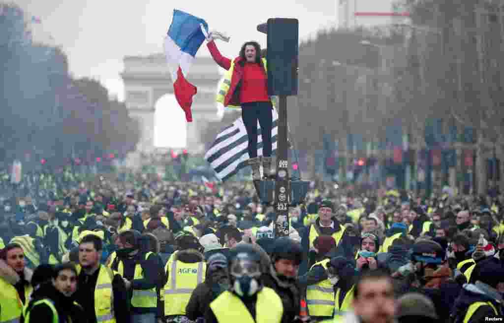 معترضان به افزایش قیمت سوخت در فرانسه در روزهای اخیر بر اعتراض خود افزوده اند.