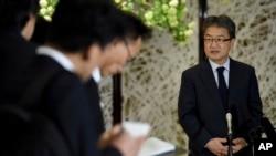 북한에 억류됐던 미국인 오터 웜비어 씨의 석방을 위해 평양을 방문한 조셉 윤 미 국무부 대북정책 특별대표(오른쪽)가 지난 4월 도쿄에서 기자들의 질문에 답하고 있다.