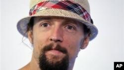 Penulis lagu dan sekaligus penyanyi kenamaan Amerika Jason Mraz akan membintangi pagelaran musik MTVExit di Burma tanggal 16 Desember mendatang untuk meningkatkan kesadaran akan perdagangan manusia (foto: dok).