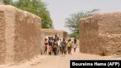 Des habitants de Zibane-Koira Zéno, un village de la région de Tillabéri se tiennent dans le village lors d'un meeting le 12 mai 2020, après une attaque d'hommes armés quatre jours auparavant.