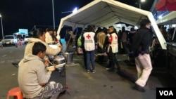 Personal de la Cruz Roja de Ecuador asiste a migrantes venezolanos en la frontera con Colombia antes de la apertura de un corredor humanitario de 24 horas el jueves 23 de agosto a la medianoche para trasladarlos en autobús a la frontera con Perú. Foto: Celia Mendoza, VOA.