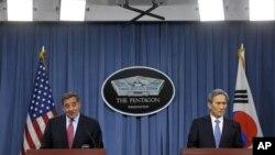 Bộ trưởng Quốc phòng Hoa Kỳ Leon Panetta (trái) và Bộ trưởng Quốc phòng Nam Triều Tiên Kim Kwan-jin tham gia vào một cuộc họp báo chung ở Ngũ Giác Đài. 24/10/2012 (AP Photo/Cliff Owen)