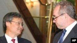 Deputy South Korean Foreign Minister Lee Yong-joon and U.S. envoy Kurt Campbell at a Seoul hotel, 17 Jun 2010