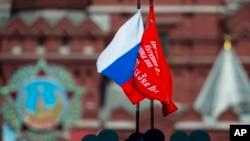 Le drapeau russe lors d'un défilé, le 9 mai 2016.