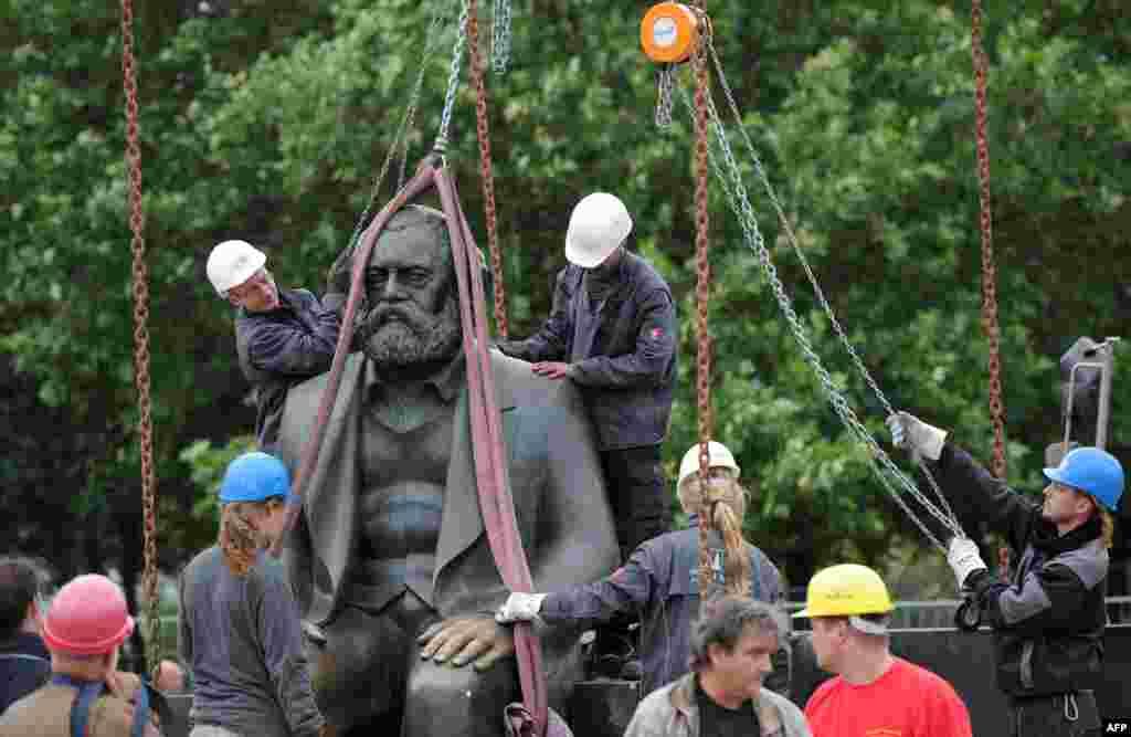 2010年9月8日,德国柏林工人拆除德国哲学家,政治经济学家和社会学家卡尔·马克思像。搬走马克思像是为建造地下通道。该雕塑于1986年由当时的东德共产党领导人昂纳克下令树立。昂纳克在下台后逃亡苏联,又被遣返,受到审判。2018年12月7日,德国总统施泰因迈尔在中国四川大学发表演讲时指出,以马克思命名的马克思主义曾经为德国和东欧带来浩劫。他还提醒中国年轻人说,马克思也曾追求新闻自由。