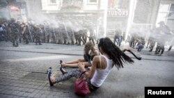 Des policiers turcs utilisent des canons à eau pour disperser les militants LGBT avant la parade de la Gay Pride à Istanbul, Turquie, 28 juin 2015.