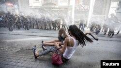 Polisi anti-huru hara menggunakan meriam air untuk membubarkan aktivis hak LGBT di Istanbul, Turki, 2015. (Reuters/Kemal Aslan)