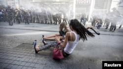 Polisi menembakkan meriam air ke arah para aktivis LGBT dalam parade di Istanbul, Minggu (28/6).