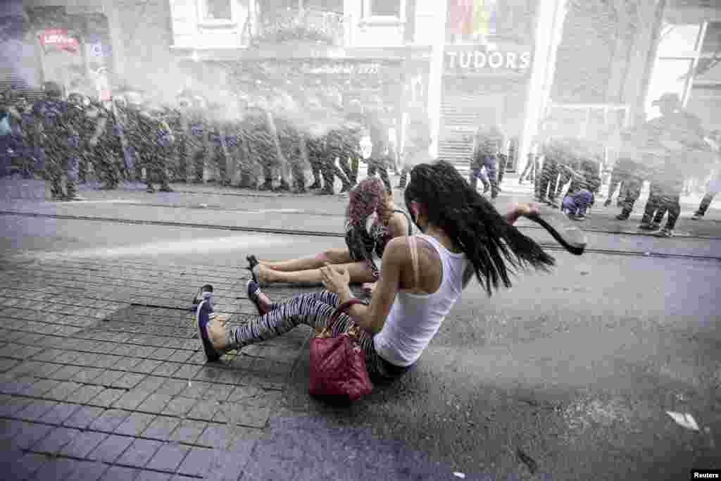 Polisi anti-huru hara menembakkan meriam air ke arah para aktivis LGBT dalam pawai Gay Pride di Istanbul, Minggu (28/6).(Reuters/Kemal Aslan)