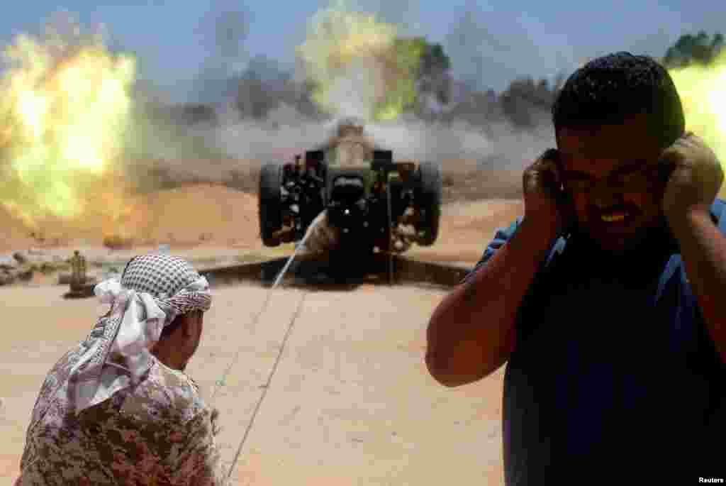 Les forces libyennes combattent les jihadistes de l'État islamique à Syrte, Libye, le 24 juillet 2016.