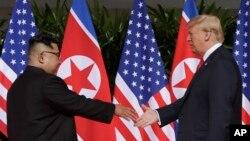 Le dirigeant nord-coréen Kim Jong Un et le président américain Donald Trump sur l'île de Sentosa, Singapour, le 12 juin 2018.