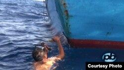 Ngư dân tự sửa chữa tàu cá sau khi bị tàu cá có vỏ sắt của Trung Quốc đâm bể
