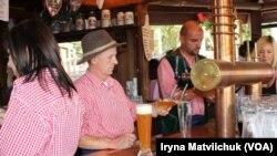 Orang-orang minum bir di sebuah bar di Jerman. (Foto: ilustrasi)