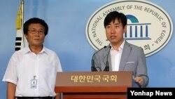 지난달 16일 탈북난민인권연합 김용화 대표(왼쪽)가 하태경 새누리당 의원과 함께 탈북자 관련 기자회견에 참석했다.