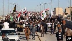 Người Hồi giáo Shia xuống đường biểu tình tại Najaf, khoảng 160km về phía nam thủ đô của Iraq, với hình ảnh của giáo sĩ bị tử hình Sheikh Nimr al-Nimr, ngày 4/1/2016.