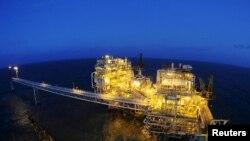Anjungan produksi minyak dan gas Mike-Mike milik PT Pertamina di lepas pantai Jawa Barat, 16 Juli 2015. (Antara via Reuters).