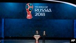 FIFA ဥကၠ႒Sepp Blatter (ယာ) နဲ႔ ႐ုရွားသမၼတ Vladimir Putin တို႔ ၂၀၁၈ ကမာၻ့ဖလားေျခစစ္ပဲြ ပဲြစဥ္ဖြင့္ပဲြအခမ္းအနားက်င္းပစဥ္။ (ဇူလုိင္ ၂၅၊ ၂၀၁၅)