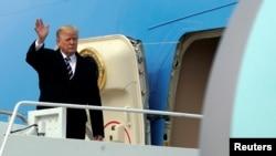 Presiden Amerika Serikat, Donald Trump melambaikan tangannya dari pesawat Air Force One di Bandara Militer Andrews, Maryland, setibanya dari Palm Beach, Florida, 22 April 2018.
