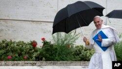 Le pape François arrive au Vatican pour le Synode sur la famille le 10 Octobre 2015. Source: AP