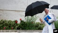 Le pape François arrive à une session du Synode sur la famille au Vatican, 10 octobre 2015. (AP Photo/Andrew Medichini)