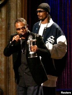 El músico de Hip-hop, 'Chamillionaire' cuando recibía un premio MTV en 2006, junto a su colega Snoop Dogg.