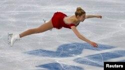 Gracie Gold de EE.UU. realiza una demostración acrobática durante su competencia en Sochi.