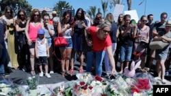 Một người phụ nữ đặt hoa gần hiện trường vụ thảm sát ở Nice, miền Nam nước Pháp, ngày 15/7/2016.
