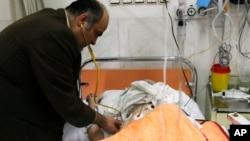 Bác sĩ Clamak Morsathegh, trưởng Ủy ban Do Thái ở Tehran, khám cho một bệnh nhân tại Bệnh viện Từ thiện Bác sĩ Sapir của cộng đồng người Do Thái ở Iran (Ảnh lưu trữ)