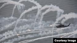 북한 군 공기부양정 '킬러'로 불리는 육군 코브라(AH-1S) 공격헬기가 5일 백령도에 배치된 후 처음으로 북한 공기부양정을 격파하는 실탄 사격훈련을 하고 있다. 한국 육군 제공.