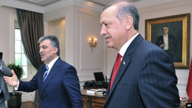 Turkey's President Abdullah Gul (L) receives Prime Minister Tayyip Erdogan at the Presidential Palace of Cankaya in Ankara, June 14, 2011