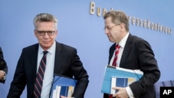 İçişleri Bakanı Thomas de Maiziere ve İç İstihbarat Teşkilatı BfVBaşkanıHans-George Maassen
