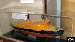 圣彼得堡极地博物馆中展出的苏联原子能破冰船模型。(美国之音白桦拍摄)