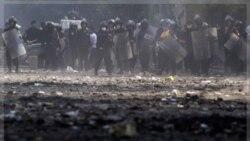 درگیری پلیس ضد شورش مصر در میدان تحریر قاهره با معترضان. ۲۲ نوامبر ۲۰۱۱