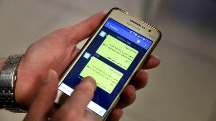 Seorang warga Iran menggunakan apps media sosial Telegram di ponselnya (foto: dok).