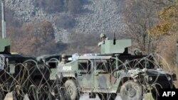 Americki vojnici obezbedjuju administrativni prelaz Jarinje posle intervencije KFOR-a 9. novembra 2011.