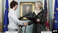 Visoka predstavnica EU Ketrin Ešton i državna sekretarka Hilari Klinton nakon potpisivanja sporazuma u Vašingtonu