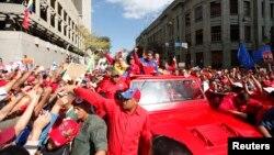 El presidente venezolano Maduro es saludado por sus seguidores, mientras en Estados Unidos se ve un anunciado aislamiento de su gobierno.