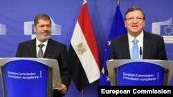 Mısır Cumhurbaşkanı Muhammed Mursi, Brüksel'de Avrupa Birliği Komisyonu Başkanı Jose Manuel Barroso'yla bir araya geldi
