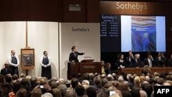 Suasana lelang benda-benda seni yang diselenggarakan oleh rumah lelang Sotheby's, New York, 2 Mei 2012 (Foto: dok).