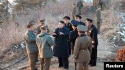 Kuzey Kore lideri Kim Jong-Un son askeri tatbikatta generallerle konuşurken