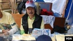 香港保釣行動委員會登島總指揮羅就表示,維園攤位讓參觀者了解釣魚台歷史 (美國之音湯惠芸拍攝)