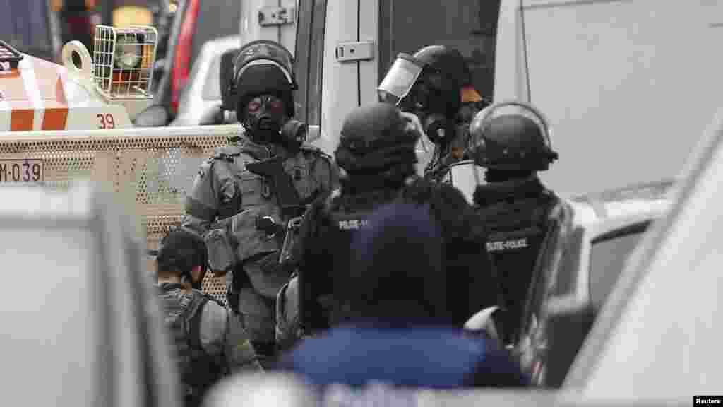 La police belge mène un raid dans la banlieue de Bruxelles, Molenbeek, à la recherche de fondamentalistes musulmans présumés liés aux attentats meurtriers de Paris, 16 novembre 2015