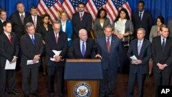 El senador John McCain habla sobre la reforma migratoria junto a algunos de los miembros del Grupo de los Ocho que la presentaron. El lunes, el proyecto superó uno de los obstáculos más grandes y se espera sea aprobado esta semana.