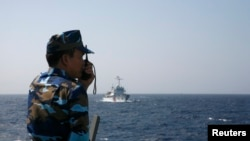 Một quân nhân Việt Nam theo dõi tàu của Trung Quốc ở Biển Đông