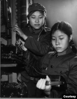 1971年在军队的郭于华(右)