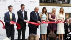 선거운동이 한창이던 지난 10월말 워싱턴 DC 트럼프 인터내셔널 호텔 개장식에 가족과 함께 참석한 도널드 트럼프(왼쪽 세번째) 당시 공화당 대통령 후보. 30일 트럼프 당선인은 대통령직을 수행하는 동안 사업에서 손을 떼겠다는 내용의 글을 트위터에 올렸다.