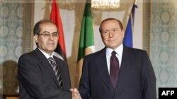 Thủ tướng Italia Silvio Berlusconi (phải) và Chủ tịch Hội đồng chuyển tiếp quốc gia Libya Mahmoud Jibril tại Milan, ngày 25/8/2011