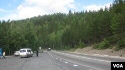 遠東地區公路嚴重不足,布里亞特地區的一處公路。(美國之音白樺拍攝)