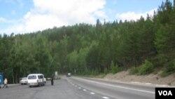 远东地区公路严重不足,布里亚特地区的一处公路。(美国之音白桦拍摄)